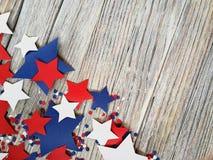 Amerikaans onafhankelijkheidsdag, viering, patriottisme en vakantieconcept - vlaggen en sterren op vierde van Juli-partij op bove Stock Afbeelding