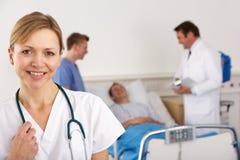 Amerikaans team van artsen die aan patiënt spreken royalty-vrije stock afbeelding