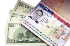 Amerikaans visum op pagina van het Russische internationale paspoort en de Amerikaanse dollars Royalty-vrije Stock Afbeelding