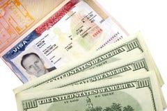 Amerikaans visum op pagina van het Russische internationale paspoort en de Amerikaanse dollars Stock Foto
