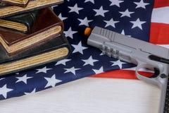 Amerikaans vuurwapenpistool die op de vlag van de V.S. met school liggen die kanon schieten royalty-vrije stock afbeelding