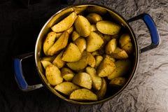 Amerikaanse aardappels met zoute peper en komijn in pan royalty-vrije stock afbeeldingen