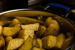 Amerikaanse aardappels met zoute peper en komijn in pan royalty-vrije stock afbeelding