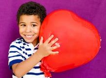 Amerikaanse Afrikaanse jongen met hart Stock Afbeelding