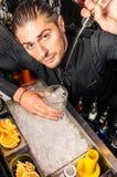 Amerikaanse Barman die een Geest in het Glas met een vlotte vrij slagbeweging gieten Royalty-vrije Stock Afbeelding