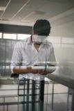 Amerikaanse bedrijfs zich in bureau bevinden en persoon die sm gebruiken Stock Afbeelding