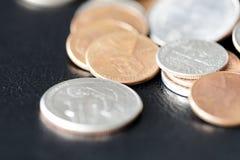 Amerikaanse centen op een donkere oppervlakte royalty-vrije stock afbeelding