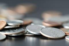 Amerikaanse centen op een donkere oppervlakte royalty-vrije stock foto
