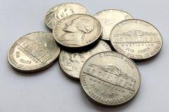 Amerikaanse 5 centenmuntstukken de V.S. op witte achtergrond royalty-vrije stock afbeeldingen