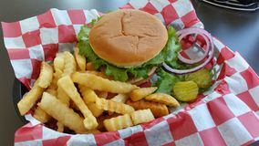 Amerikaanse Cheeseburger met Gebraden gerechten Royalty-vrije Stock Afbeelding