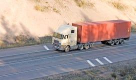 Amerikaanse containervrachtwagen op weg stock foto