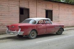 Amerikaanse die auto in de voorsteden van Guantanamo, Cuba wordt geparkeerd royalty-vrije stock fotografie