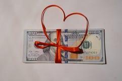 Amerikaanse die dollars door rood lint worden gebonden royalty-vrije stock foto's
