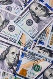 Amerikaanse 100 die dollarsbankbiljetten op witte achtergrond worden geplaatst Stock Foto's