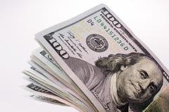 Amerikaanse 100 die dollarsbankbiljetten op witte achtergrond worden geplaatst Royalty-vrije Stock Afbeelding