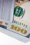 Amerikaanse 100 die dollarsbankbiljetten op witte achtergrond worden geplaatst Stock Afbeeldingen