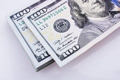 Amerikaanse 100 die dollarsbankbiljetten op witte achtergrond worden geplaatst Stock Fotografie