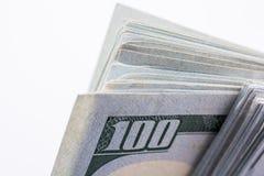 Amerikaanse 100 die dollarsbankbiljetten op witte achtergrond worden geplaatst Stock Afbeelding