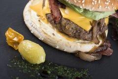 Amerikaanse die hamburger op een leiplaat 17close wordt gediend op foto Stock Foto