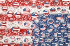Amerikaanse die vlag in waterdalingen wordt weerspiegeld stock foto's