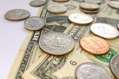 Amerikaanse dime, kwartcenten en de muntstukken van de stuiverv.s. op de achtergrond van de dollarsv.s. royalty-vrije stock afbeeldingen