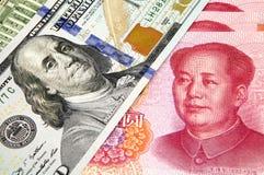 Amerikaanse dollar en Chinese yuans Stock Afbeeldingen