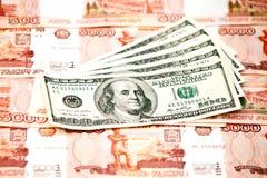 Amerikaanse dollar en roebel Stock Foto's
