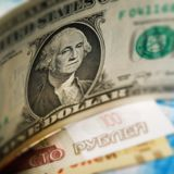 Amerikaanse dollar en Russisch bankbiljettenclose-up Stock Fotografie