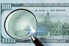100 Amerikaanse dollar onder vergrootglas Stock Foto