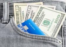 Amerikaanse dollarbankbiljet en creditcard in de grijze zak van Jean Royalty-vrije Stock Afbeelding