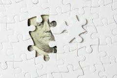 Amerikaanse dollarbankbiljet onder puzzel stock foto