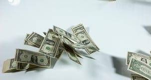 1 Amerikaanse dollarbankbiljetten die tegen Witte Achtergrond vliegen, stock videobeelden
