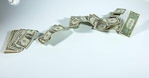 1 Amerikaanse dollarbankbiljetten die tegen Witte Achtergrond vliegen, stock video