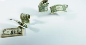 1 Amerikaanse dollarbankbiljetten die tegen witte achtergrond vliegen stock videobeelden