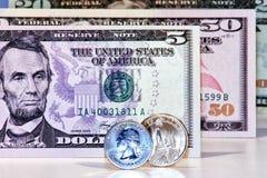 Amerikaanse dollarbankbiljetten en muntstukken Royalty-vrije Stock Foto