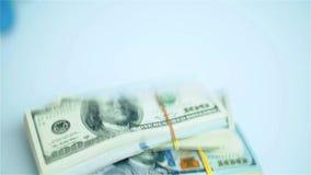 Amerikaanse dollarbundels die op witte oppervlakte vallen Lonen, arnings, het winnen stock footage