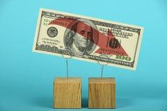 Amerikaanse dollardaling over blauw wordt geïllustreerd dat Stock Fotografie