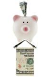 Amerikaanse 100 dollarmunt in roze spaarvarken die op hous bevinden zich Royalty-vrije Stock Foto's