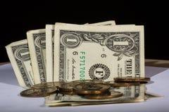 Amerikaanse dollarnota en muntstukken royalty-vrije stock afbeelding