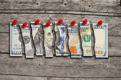 Amerikaanse dollarrekening in stukken wordt gesneden die de zwakke economie die van de V.S. voorstellen Royalty-vrije Stock Foto's