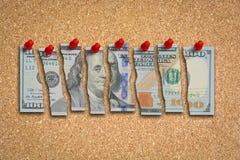 Amerikaanse dollarrekening in stukken wordt gesneden die zwakke economie voorstellen die Royalty-vrije Stock Afbeelding