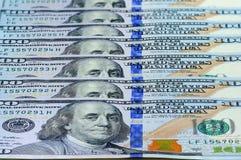 100 Amerikaanse dollars bankbiljetten als achtergrond, perspectiefmening Stock Afbeeldingen