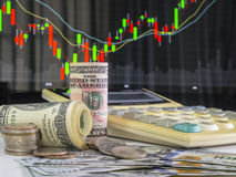 100 Amerikaanse dollars bankbiljetten en geldmuntstukken met calculator opnieuw Stock Foto's