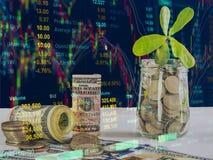 100 Amerikaanse dollars bankbiljetten en geldmuntstukken met geld in kruikaga Stock Foto's