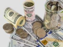 100 Amerikaanse dollars bankbiljetten en geldmuntstukken met keyboar computer Stock Afbeelding