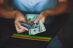Amerikaanse dollars in de handen, vrouwen die geld tellen Stock Foto