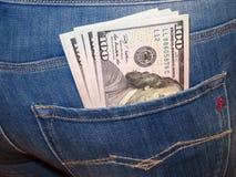 Amerikaanse dollars in de zak van vrouwen` s jeans royalty-vrije stock foto's