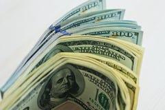 Amerikaanse dollars die uit als een ventilator worden uitgespreid Stock Foto's