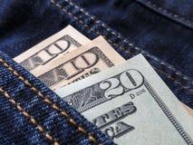 Amerikaanse dollars in een jeanszak Stock Foto