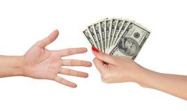 Amerikaanse dollars in een vrouwenhand en man hand Royalty-vrije Stock Foto's